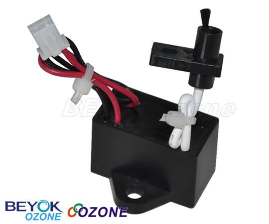 利用脉冲,振荡电路将低电压升至直流负高压,利用碳刷尖端直流高压产生